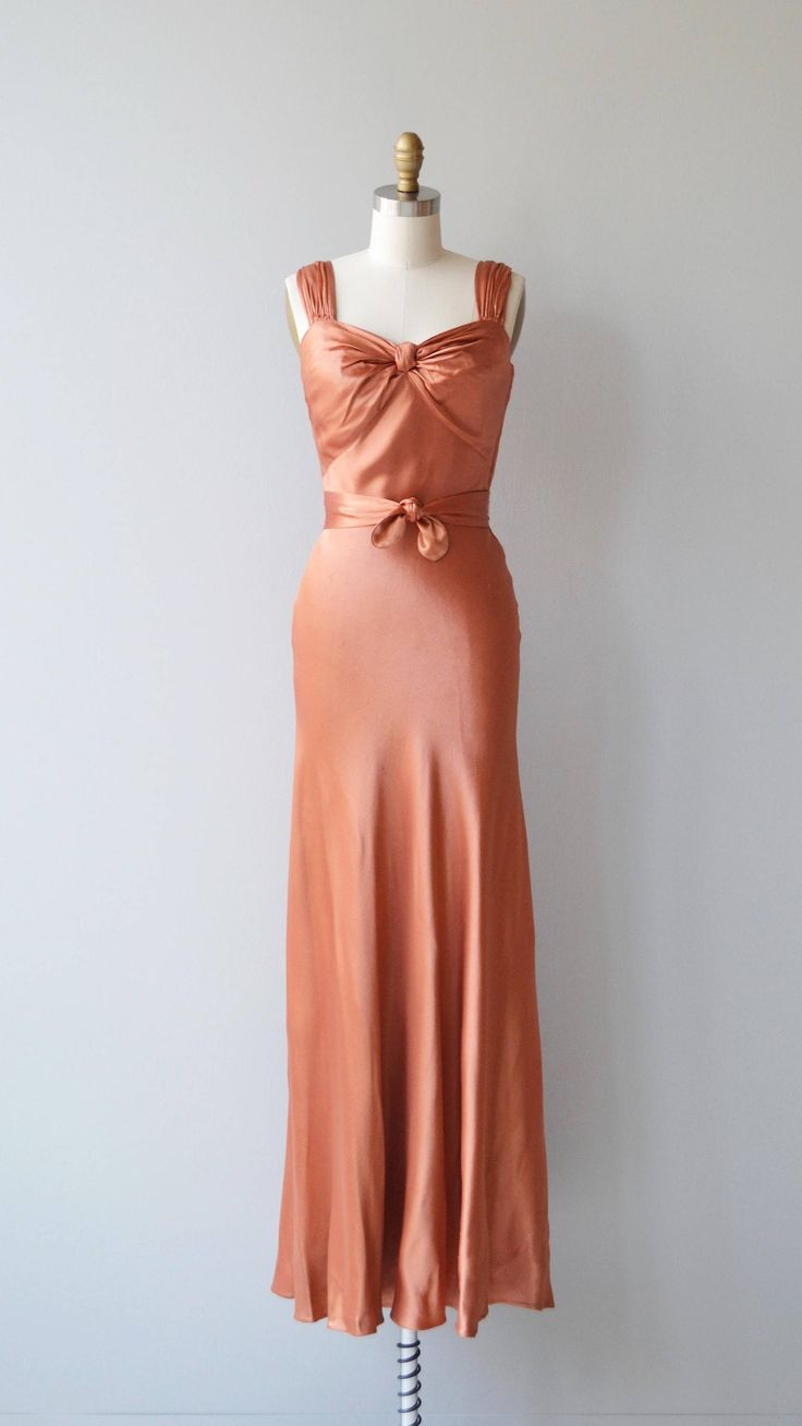 Vintage jaren 1930 blushy koperen jurk in dikke aanzienlijke vloeibare zijde met ophalen verzameld buste, bias bouw, verzamelde schouders, diepe V terug, bijpassende zelf-stof stropdas riem en zijkant staal rits.  ---M E EEN S U R E M E N T S---  past zoals: xs Bust: 32-33 Taille: 25 Hip: 37 lengte: 59 merk/maker: n/b voorwaarde: uitstekend  ✩ layaway is beschikbaar voor dit object  Om te zorgen voor een goede pasvorm, lees de gids van de grootte: http://www.etsy.com/...