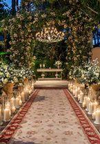 A Tüz Decoração elaborou uma linda decoração de casamento em verde e branco com muitas folhagens! Velas e toques de cores pastel complementaram o projeto.