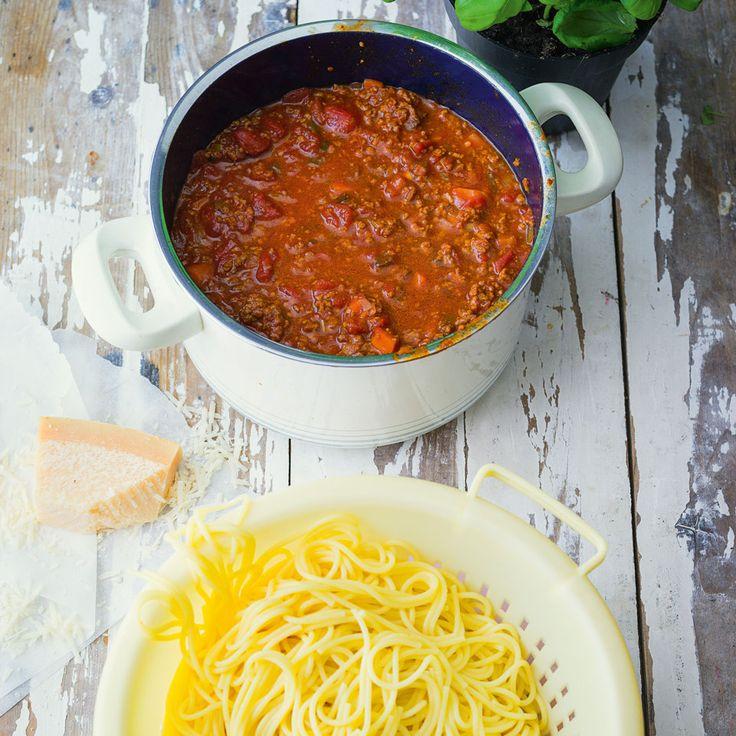Gibt es jemanden, der dieses Essen nicht liebt? Selbst wenn die Stimmung im Keller ist – sobald ein Teller Bolognese auf dem Tisch steht, ist alles wi...
