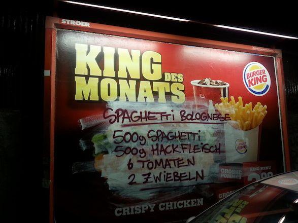 Adbusting: Rezepte auf die Plakate von Fast Food Unternehmen schreiben