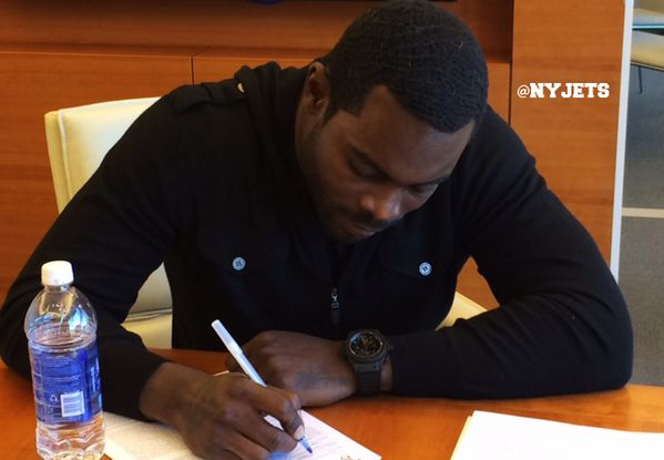 """New York Jets Sign Controversial Quarterback Mike Vick; Release the Former """"Sanchize"""""""