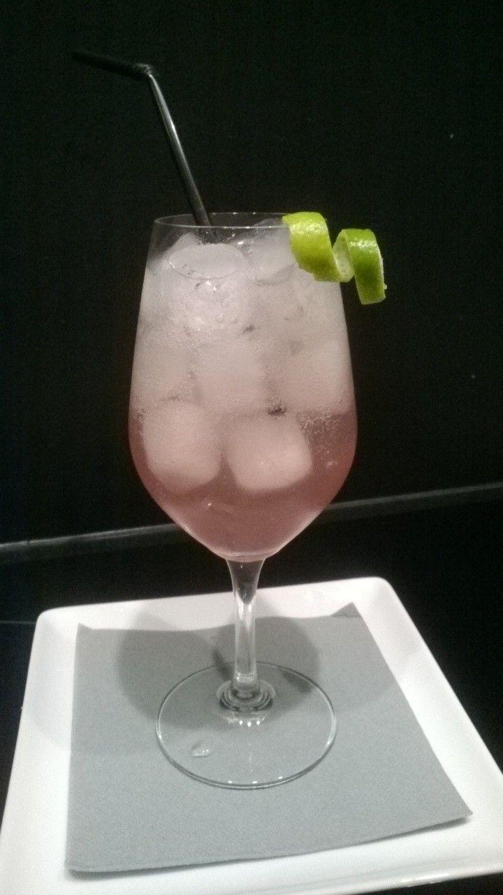 Lavendel- limoen limonade. Breng water aan de kook en voeg dan gedroogde lavendel eraan toe - laat een half uurtje trekken - laat afkoelen - giet door een zeef -  voeg limoensap - ijsblokjes en serveren... heerlijk fris zomer drankje