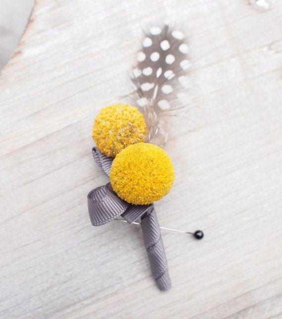 Boutonnière mit Craspedia ~ Moderne Ansteckblumen für den Bräutigam #boutonniere #feder #modern #bräutigam #ansteckblume #hochzeit #craspedia #gelb
