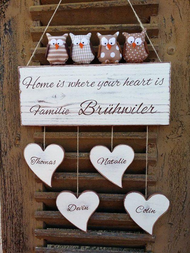 DIE ANGEGEBENE ANFERTIGUNGSZEIT BETRÄGT 15-21 WERKTAGE! BITTE DIES BEIM KAUF BEACHTEN!  Namensschild mit Herzen & Stoffeulchen  Selbst bemaltes und beschriftetes Familien Holzschild in beige,...