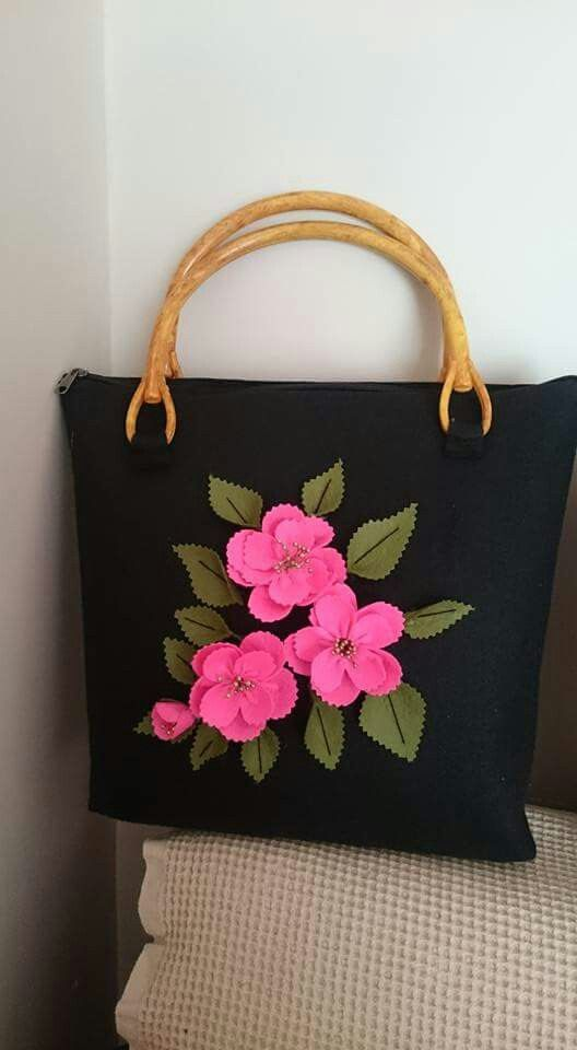 A Beautiful and Elegant Felt Flower Bag... gorgeous ! :-)