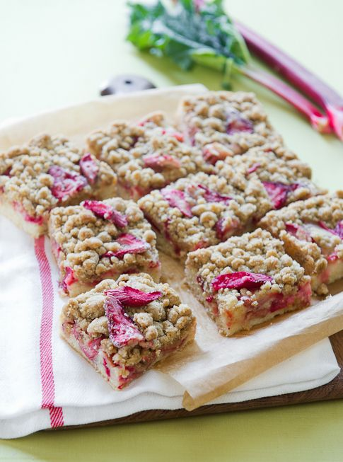 Can't wait to make these this week! I wanted to make something besides pie with rhubarb!: Crumb Cakes, Strawberries Crumb, Rhubarb Recipes, Cakes Bar, Crumb Bar, Rhubarb Strawberries, Bar Recipes, Crumble Cakes, Rhubarb Crumble