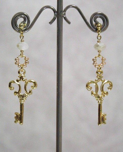 鍵パーツとチェコガラス、ビーズのピアスです。(Happyな事が訪れるよう願いを込めた一点です^^☆この鍵でその扉を開けれますように^^☆)金属 ゴールドメッキ...|ハンドメイド、手作り、手仕事品の通販・販売・購入ならCreema。