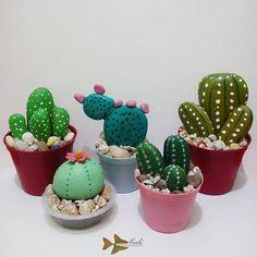 Poto rame2~ semuanya dari batu.. | #cactus #cactusflower #stone #painting…