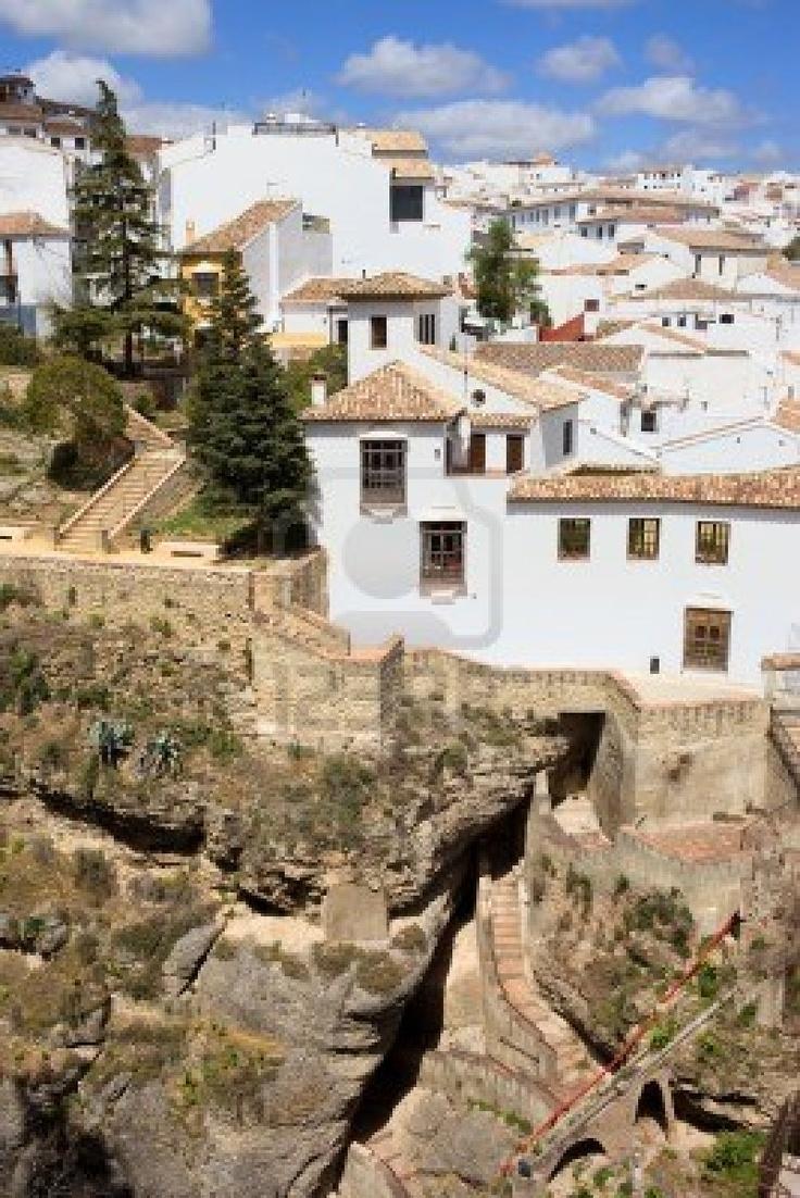 Las casas medievales de la ciudad de Ronda en una roca alta en la región de Andalucía, de España, provincia de Málaga.