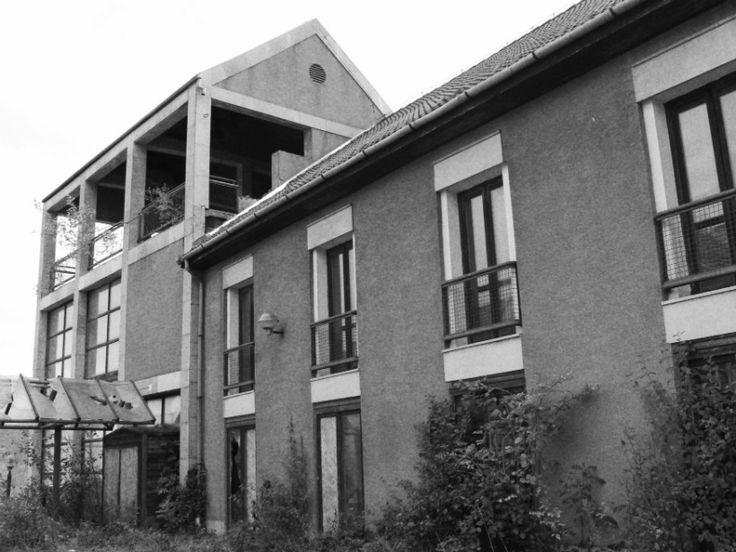 A félig elkészült házakat teljesen körbenőtte a gaz, az ajtók hiányoznak, az ablakok mind kitörtek. A parketta mindenhol hiányos, néhány szobában elszakadt függönyök lógnak a földig...