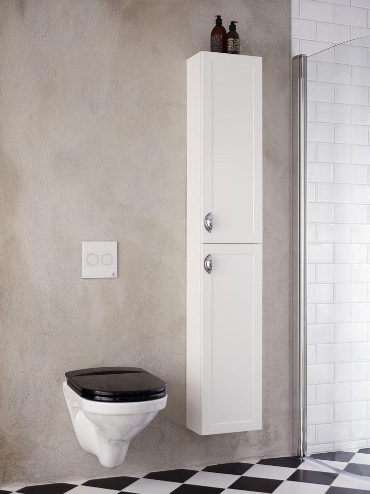 Snålspolande, vägghängd toalett med spolknapp i vitt glas pryder sin plats i badrummet. Logic högskåp för smart förvaring. | GUSTAVSBERG