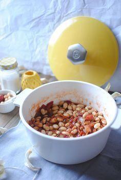 J'adore les baked beans, vous savez ces petits haricots blancs en sauce tomate sucrée qu'on trouve chez nos voisins les anglais. Mais bon, c'est quand même plein sucre et d'additif, et c'est un peu mou (du genou). J'ai donc voulu tester de les faire moi même, avec des cocos frais. Je vous présente donc les …