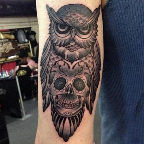 Hibou noir d'encre à tatouage avant-bras de sucre crâne