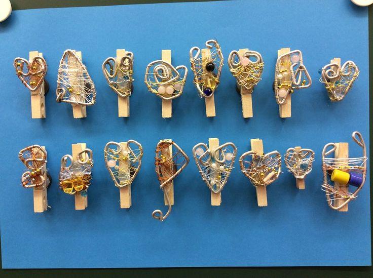 """""""Jääkaappimagneetti äidille"""" (4.lk) Magneetti, pyykkipoika muistilappuja varten ja metallilankakoriste helmillä. Kiinnitys kuumaliimalla. (Alakoulun aarreaitta FB -sivustosta / Outi Ollila-Ranua)"""