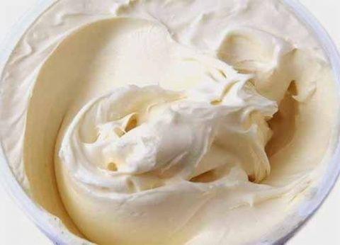 Вкусный и нежный крем для тортов и пирожных на основе сметаны, по вкусу напоминающий пломбир. Ингредиенты:  - 500 гр.сметаны 20% - немного лимонной цедры - 2 яйца - 3 ст.л. муки - 180 гр. сахара - 2 …