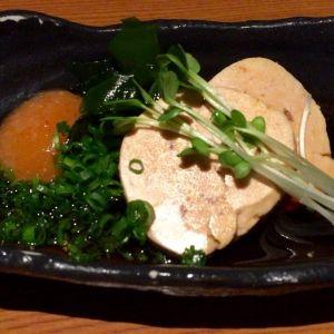 京都府亀岡市の京都市営地下鉄烏丸線烏丸御池駅にある京都らしさを味わえるお店「露地もん」。京都で人気の料理店「閻魔堂」を手掛けるお店で、烏丸御池にある築130年の町屋をリノベーションしました。京町屋の趣そのままに設えた落ち着きのある雰囲気は京都らしさを存分に感じます。料理は京料理をベースに、手作りの豆腐や旬の素材を七輪で炙る炭火焼、湯葉を使ったピザなどユニークなオリジナル料理が多く、どれも居酒屋感覚でリーズナブルに楽しめます。