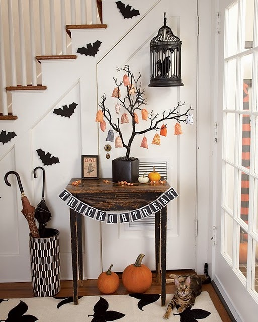 Great little vignette.: Halloween Home, Halloween Decor, Treats Bags, Birds Cages, Decor Ideas, Halloween Entryway, Halloween Trees, Birdcages, Halloweendecor