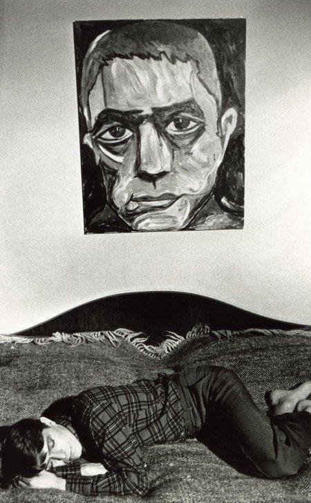 Berlin | Spree-Athen | Berlin-Trilogie. David Bowie, mit seinem eigenen Porträt von Yukio Mishima, Berlin, 1977