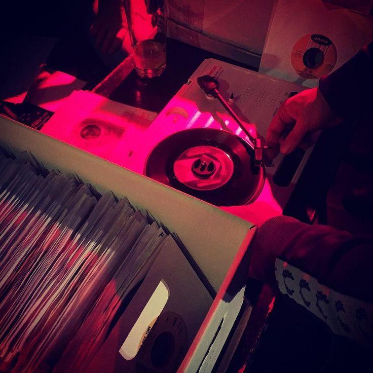 Retrofeeling im Substanz. Dort ist heute Schallplattenbörse #muenchen #münchen #munich #fleamarket #flohmark #records #schallplatte #börse #substanz #fb #tweet