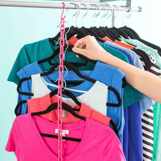 Triplica el espacio en tu armario colgando varias camisas a lo largo de una cadena.