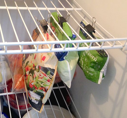 # 10.  Utilizzare clip legante per mantenere i vostri sacchetti freezer chiuso e utilizzando lo spazio aereo vuoto nel congelatore.     11 brillanti idee frigorifero e congelatore Organizzazione