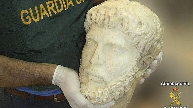 La Guardia Civil recupera en Sevilla una cabeza de mármol del siglo IV, perteneciente a un busto del emperador romano Marco Aurelio, de gran valor histórico, sustraída en febrero de este año en lo alto del campanario de la iglesia parroquial de Quintana del Marco (León)