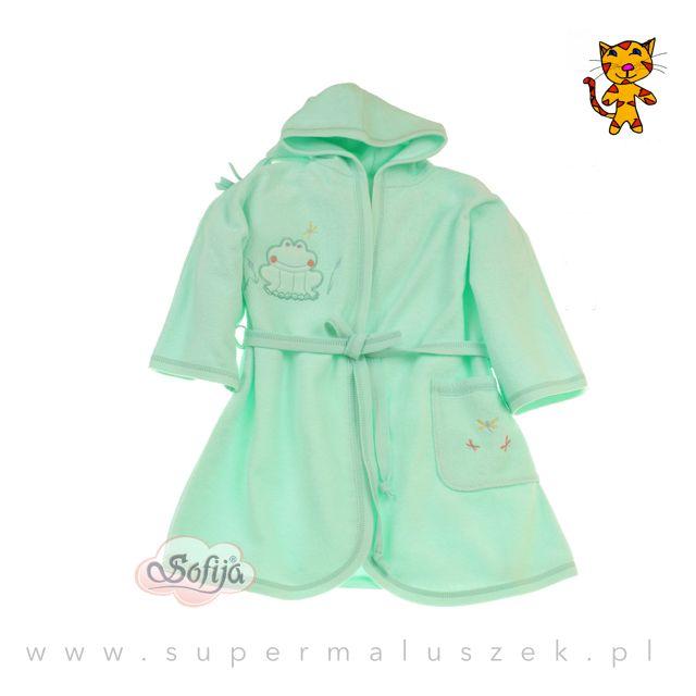Szlafroczek Sofija w kolorze zielonym. Ubranku dodatkowego uroku dodaje aplikacja żabki. Szlafrok świetnie wchłania wilgoć i ogrzewa ciało dziecka po kąpieli. #supermaluszek #kapiel #dziecko