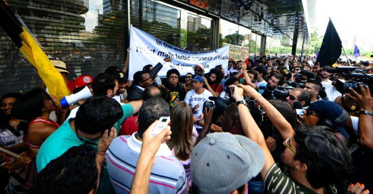 Shopping de luxo fecha as portas, e manifestantes fazem BO por racismo - Notícias - Cotidiano