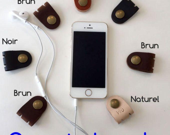Organizador de auriculares, cuero Earbud sostenedor, hecho a mano auricular Clip, Cable envoltura. Cable inicial personalizado organizador.