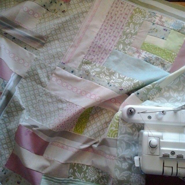 Work in progress. New patchwork for my friend./ Robię kołdrę dla przyjaciółki na urodziny. #handmade #gift #forfriend #prezent #patchwork #pastelowy #pastels #cozy #cotton #sewing #sew #szyjemy #kołdra #maszyna #queenzoja #diy #fun #workinprogress #nofilter