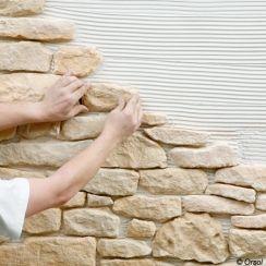Donnez l'illusion d'un mur en briques, pierres ou ardoise, pour une déco pleine de caractère grâce à des plaques de parement rapides et simples à poser.