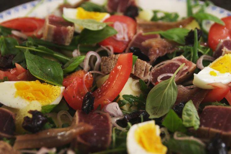 Met deze beroemde salade uit Nice proef je de zuiderse sfeer van de Promenade des Anglais in Nice op je bord. Er bestaan talloze versies van deze salade en dit is er eentje van. Het is een mooie mengeling van smaken en texturen waarmee zelfs de minder ervaren hobbykok z'n gasten kan verbazen. Met een fris glaasje wijn erbij is het feest compleet.