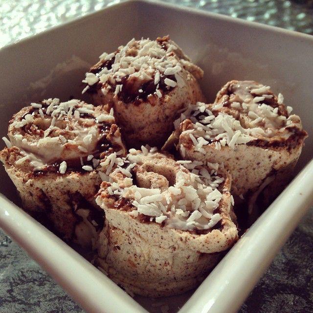 Ska nu njuta av dessa godingar med gott samvete rullar gjorda på äggvita fyllda med hasselnötskräm med stevia, och kvarg med smak av nötchoklad från @lindahlsmejeriprodukter. Toppade med riven kokos. GALET GOTT!! #äggvita #äggvitarullar #nötchokladsmak #kvarg #lindahlskvarg #kokos#cavalier#nötkräm#hasselnötskräm #gott#unnamig #mellanmål#efterrätt