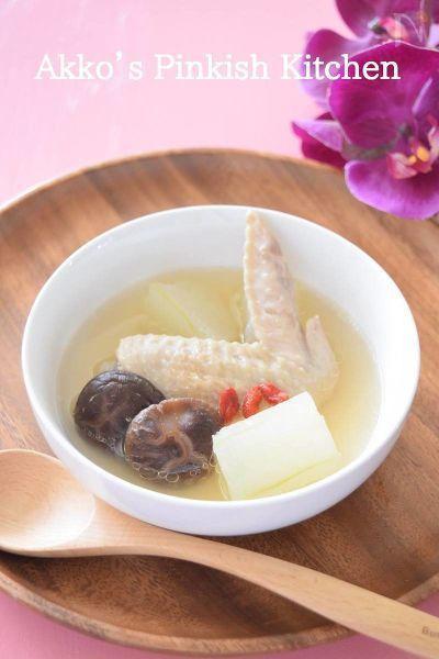 台湾の薬膳料理のレシピを1つご紹介します。気が付いたら毎年夏の冬瓜の季節になると必ず作っている我が家の定番スープ。疲労回復効果があり、飲んだ瞬間から身体に効くと感じることができ、美肌にも効くコラーゲンスープです。