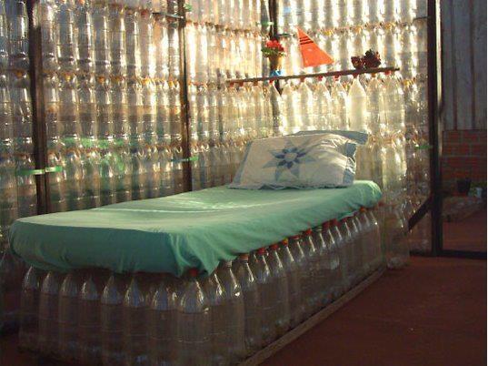 Base de cama hecha con botellas pet. El plástico de las botellas pet puede tardar hasta 1000 años en degradarse.