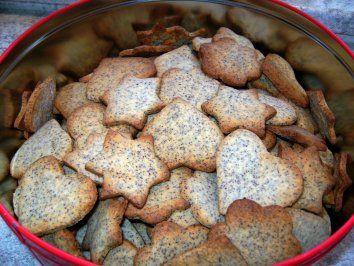 Mohn-Marzipan Cookies Für 250g Mohnmasse/Mohnback: 125 g gemahlener Mohn 60 ml heiße Milch 25 g weiche Butter 30 - 50 g Zucker (nach Geschmack) evtl. 1 Ei zur besseren Bindung nach Belieben noch (Rum)Rosinen, feingehacktes Zitronat oder Orangeat, Vanillemark oder Zitronenschale Mohn mit heißer Milch überbrühen, 15 min quellen lassen. Die anderen Zutaten unterrühren, fertig!