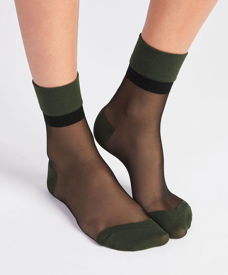 Chaussettes vertes transparentes - Mode - Dernières tendances Automne Hiver 2016 en mode femme chez OYSHO online : lingerie, vêtements de sport, pyjamas, bain, maillots de bain, bodies, robe de chambre, accessoires et chaussures.