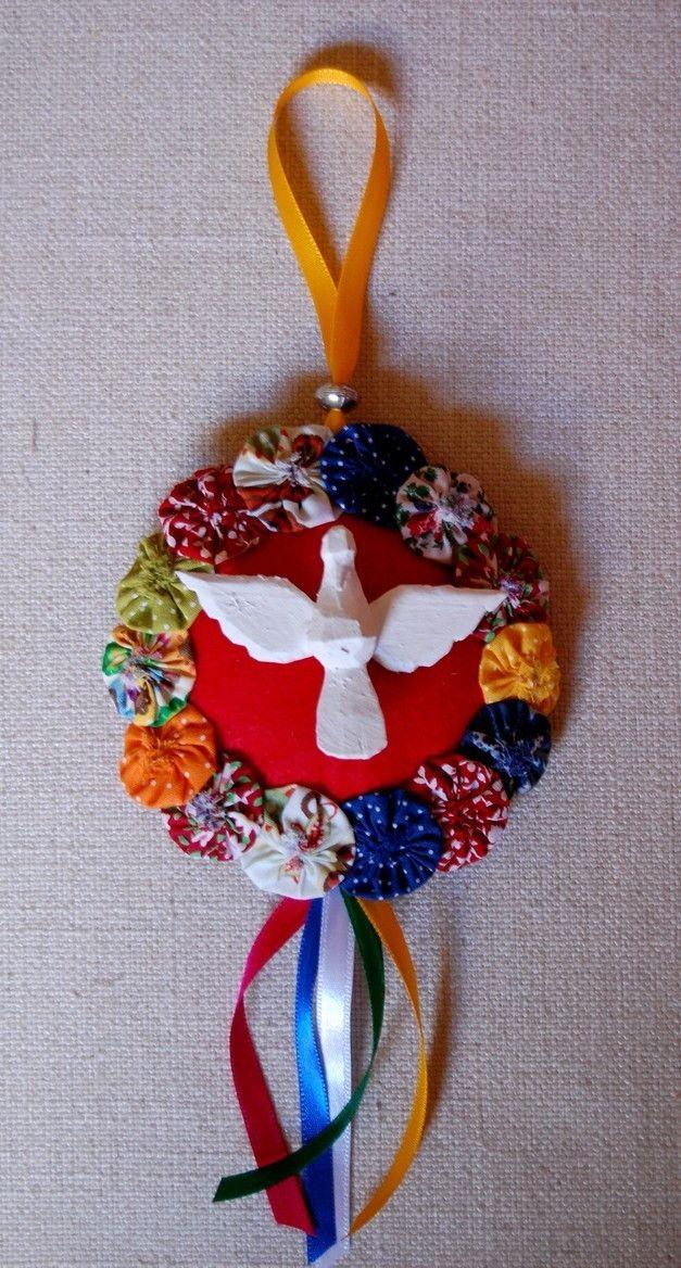 Mandala de feltro colorido, enfeitada com fitas, fuxicos e divino em madeira. Muito charmosa! Feltro disponível nas cores vermelho, azul, amarelo, rosa, verde e laranja.