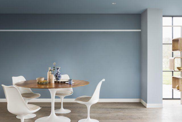 Un mur et un plafond bleu gris pour une salle à manger