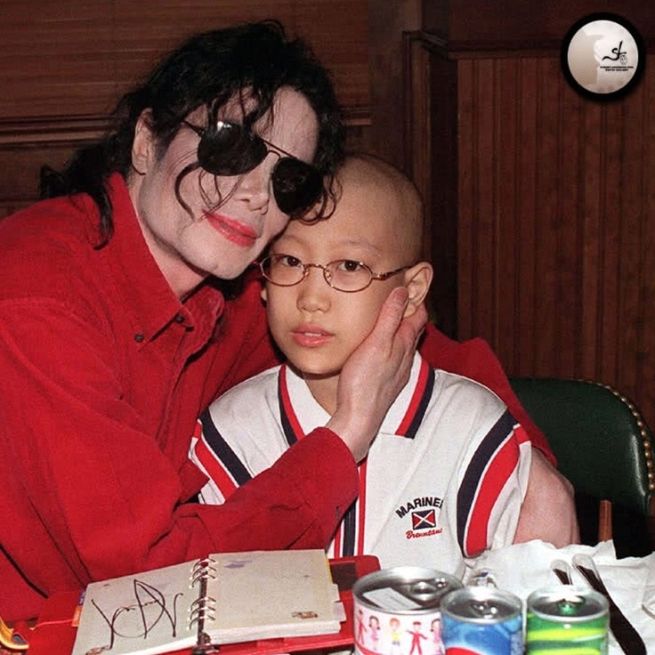 """23 de junio de 1999 - En su viaje a Seúl para el primer concierto de """"Michael Jackson & Friends"""", y después de visitar un orfanato, Michael se reune con varios niños en el restaurante Bennigan de la ciudad coreana. Entre ellos conoce a Lim Jae-Heon, un niño de 11 años enfermo de cáncer, con quien se hizo algunas fotos."""