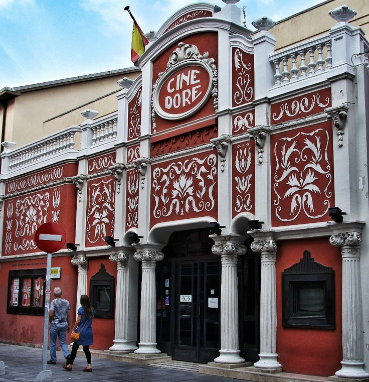El Cine Doré está en la Calle Santa Isabel, barrio de Lavapiés. Desde el año 1900 hubo aquí una barraca de proyecciones cinematográficas y en 1923 se construye esta sala que, desde 1989 es la sede de la Filmoteca Española. Uno de los edificios singulares de Madrid