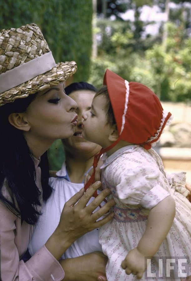 Sophia Loren kissing child via Tres Bohemes