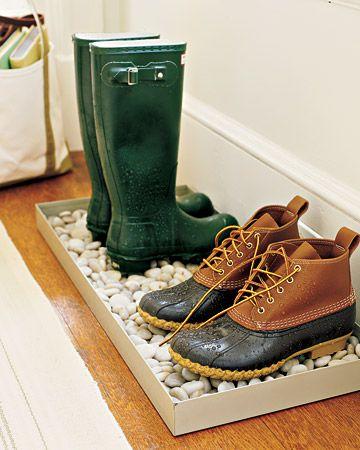 Caixote com pedras para deixar os sapatos secarem na porta de casa em dia de chuva