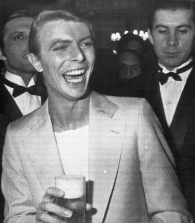 """""""Z wielkim smutkiem żegnamy Davida Bowie, pocieszając się myślą, że jego twórczość pozostanie nieśmiertelna."""" #bowie"""
