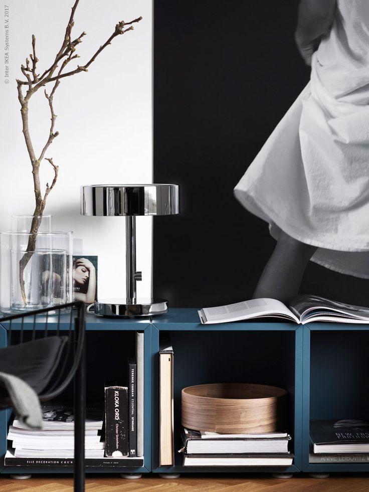 Mörkblå kontrast och inredningsdetaljer i krom och varma träslag mjukar upp den grafiska inredningen. STOCKHOLM 2017 bordslampa i blank krom och STOCKHOLM 2017 fat i valnötsfanér lyfter stilmässigt bland vintagedetaljerna.