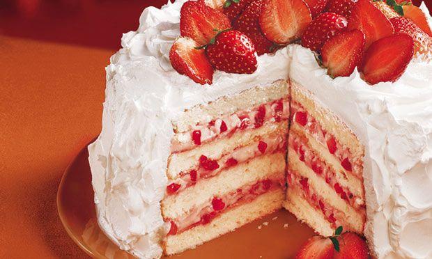 Quer uma boa alternativa para o seu bolo de aniversário? Quer ganhar um bom dinheiro vendendo bolo? Esse bolo de morango e chantilly é fácil e com custo ba