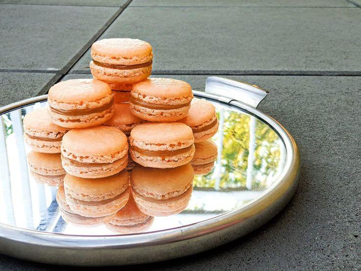 Macarons with salted caramel. Makronky se slaným karamelem.