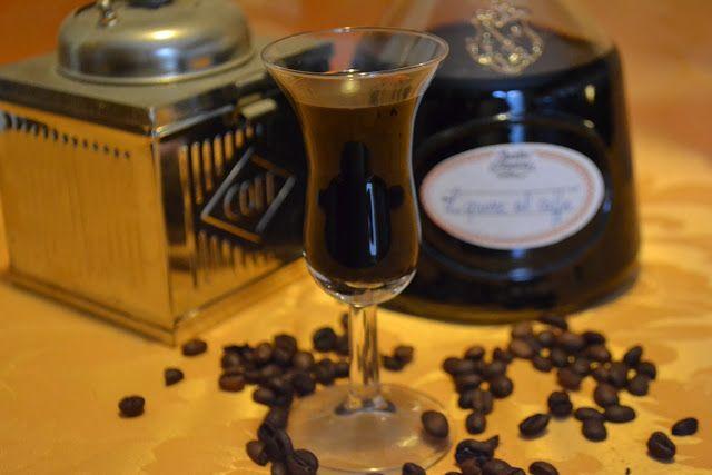 La creatività e i suoi colori: Ricetta tipica delle Marche: liquore al caffè Ingredienti                                                                          mezzo litro di alcool per liquori                                                                       gr. 100 di caffè macinato                                                                       gr. 700 di zucchero semolato                                                                       1 bustina di vanillina