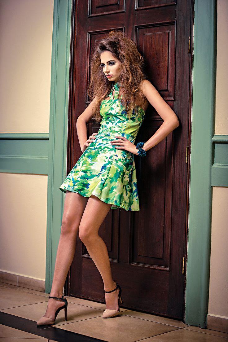 Vestido en tonos verde y azul. Koko Boutique. Collar en color verde azulado,