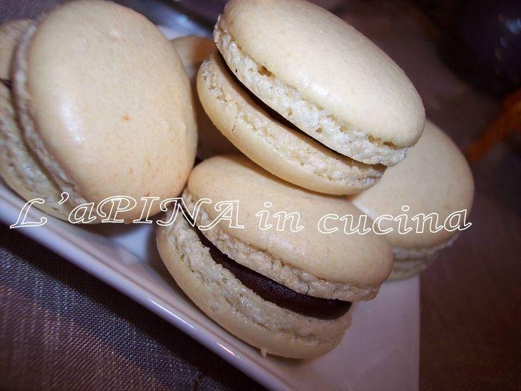 Macaron francesi...ricetta di Luca Montersino...Montare a neve ben ferma gli albumi...Setacciare lo zucchero a velo, la farina di mandorle e la farina 00.